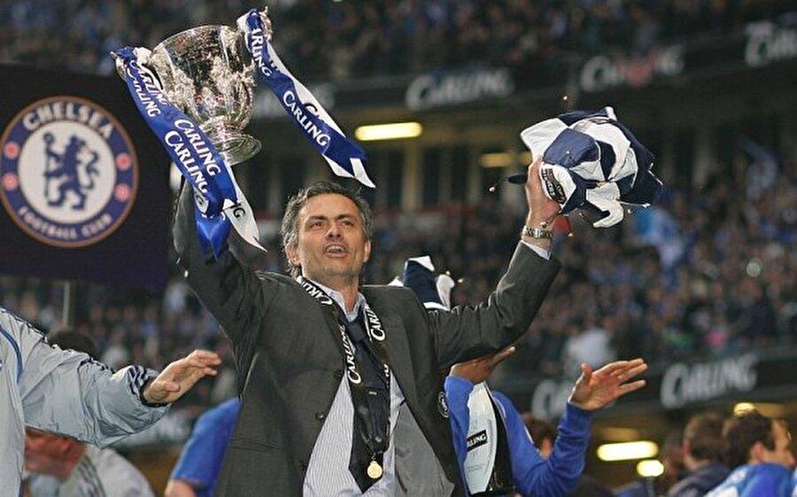İstifa etti O dönem için Premier Lig'in en pahalı transferi unvanını taşıyan Shevchenko, 14 maçta 4 gol atınca Mourinho onu yedek kulübesine mahkum etti. Bu durum Chelsea Kulübü'nün patronu Abramoviç ile Mourinho'nun arasının açılmasına neden oldu. Olayların ardından Abramoviç, teknik direktör Avraham Grant'ı Mourinho'nun üstüne futbol direktörü olarak getirdi. Bu durumdan rahatsız olan Mourinho, Chelsea'den ayrıldı.