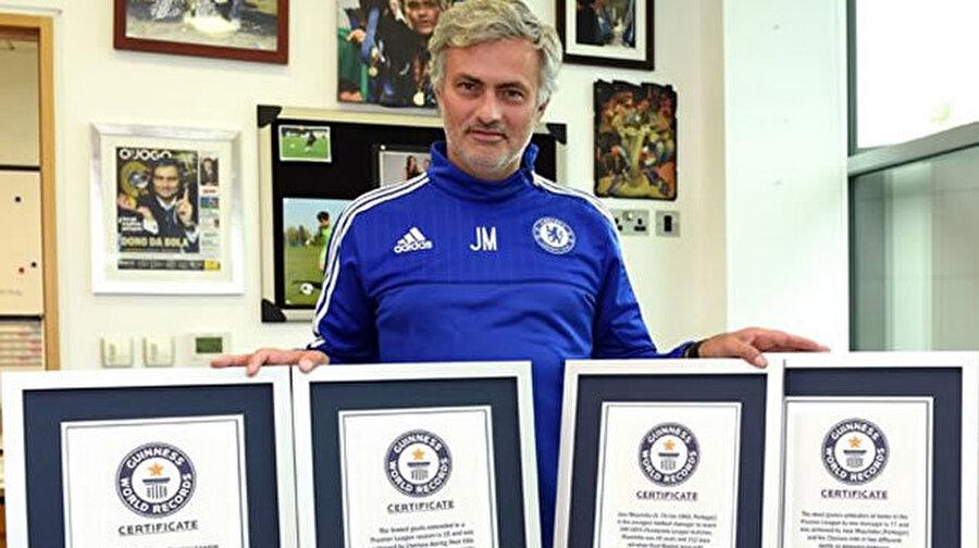 Guinness Rekorlar kitabında Portekizli teknik adam, beş farklı dalda 2016 Guinness Rekorlar Kitabı'nda yer aldı. Mourinho'nun rekorları şöyle;   Şampiyonlar Ligi'ni 2 farklı (Porto, Inter) takımda kazanan tarihteki 5 teknik direktörden biri.   49 yaş artı 12 günle Şampiyonlar Ligi'nde 100 maç barajına ulaşan tarihteki en genç teknik direktör.   2004-2005 sezonunda Chelsea'yi 95 puanla lig şampiyonu yaparak, İngiltere Premier Lig tarihinde bir sezonda en çok puan toplayan teknik direktör.   İngiltere Premier Lig tarihinde 77 maçla kendi evinde en uzun süre yenilmezlik serisi tutturan teknik direktör.   Başında olduğu 4 kulüpte iç sahada 151 maç yenilmeme serisi tutturan teknik direktör.