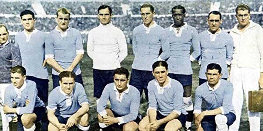 İlk şampiyon Uruguay İlk Dünya Kupası 1930 yılında Uruguay'ın ev sahipliğinde gerçekleştirildi. Finalde Arjantin'i 4-2 mağlup eden Uruguay şampiyon oldu. Organizasyon İkinci Dünya Savaşı nedeniyle 1942 ve 1946 yıllarında yapılamadı.