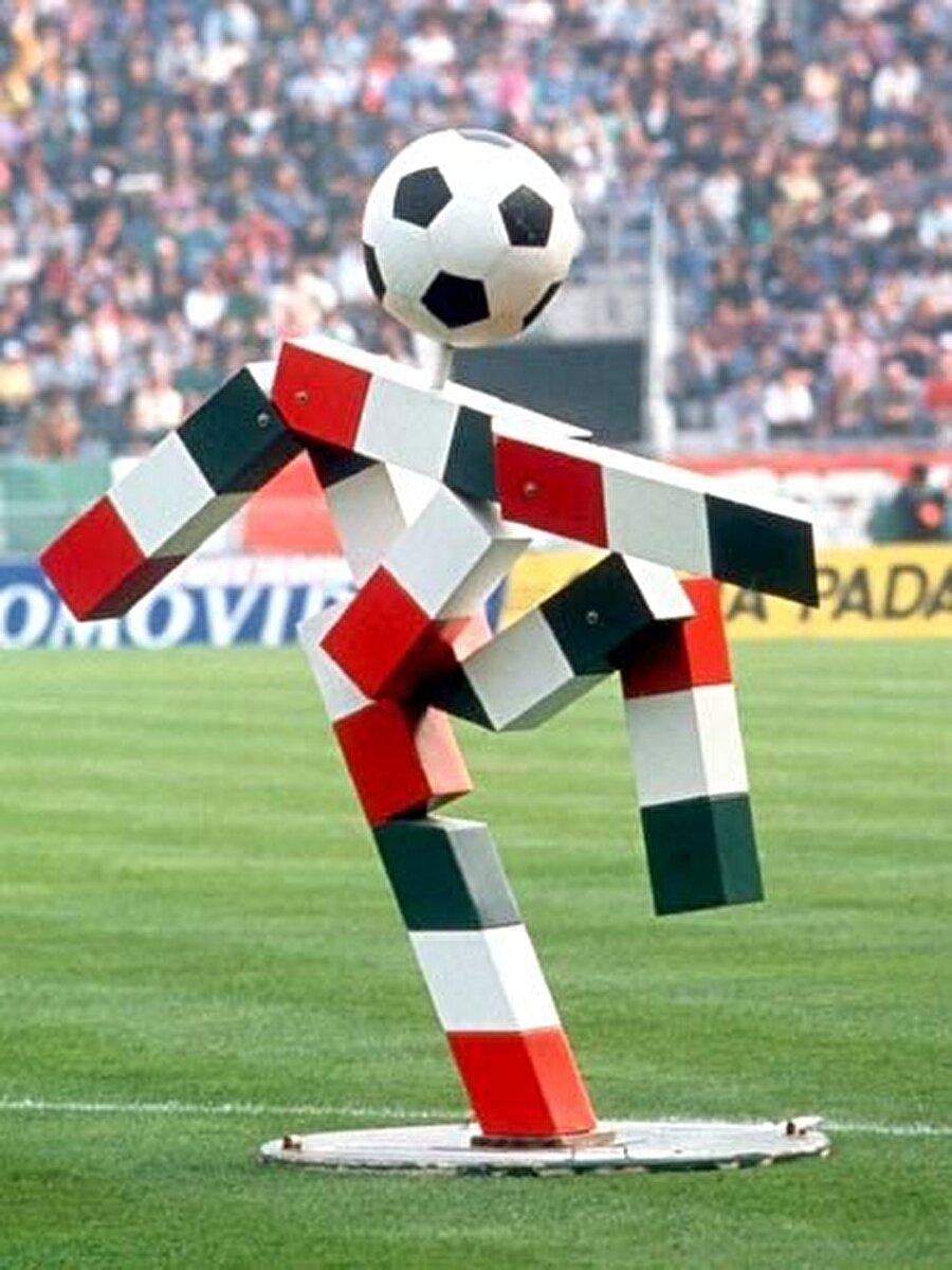 İtalya-Ciao 1990 Dünya Kupası, İtalya'da yapıldı. Turnuvanın maskotu Ciao isimli dikdörtgenlerden oluşan bir prizmaydı. İtalyan bayrağının birleştirilmesiyle oluşturulan maskotun isminin anlamı ise 'Merhaba'. Şampiyonluğa ise Arjantin uzandı.