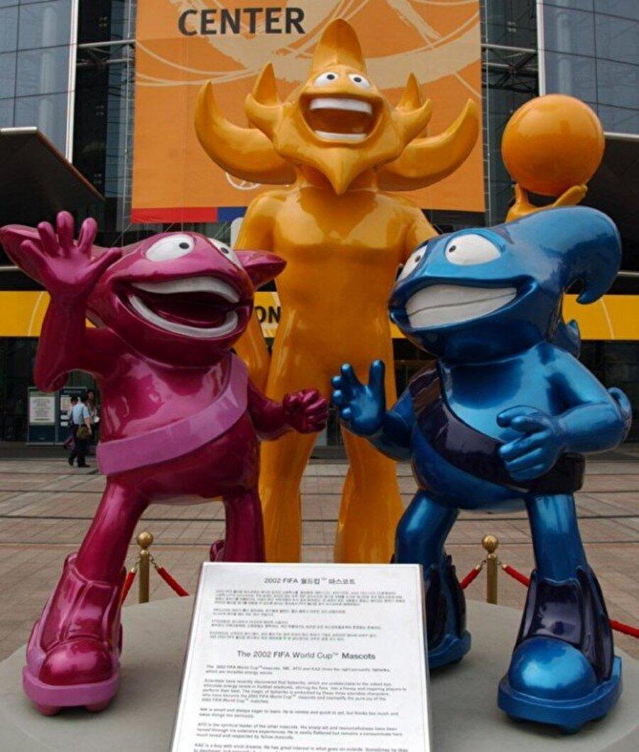Kore/Japonya-The Spheriks 2002 Dünya Kupası'nı Kore ve Japonya ortaklaşa düzenledi. Ato, Kaz ve Nik isimli üç maskota, The Spheriks grubu denildi. Turnuvanın maskotu Kore ve Japonya'da bulunan McDonald's restoranlarında yapılan oylamalarla belirlendi. Şampiyonayı Brezilya kazandı.
