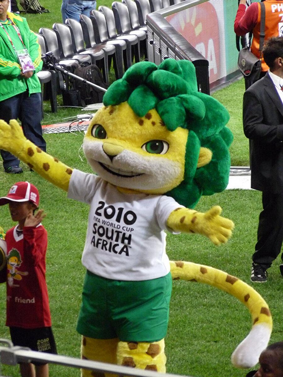 """Güney Afrika-Zakumi 2010 yılında Dünya Kupası, Güney Afrika'da yapıldı. Turnuvanın maskotu Zakumi isimli yeşil saçlı bir leopardı. """"ZA"""" Güney Afrika'nın plaka kodu, """"Kumi"""" ise 10 farklı yerel dilde leopar anlamına gelmektedir. Finalde Hollanda'yı 1-0 mağlup eden İspanya şampiyon oldu."""