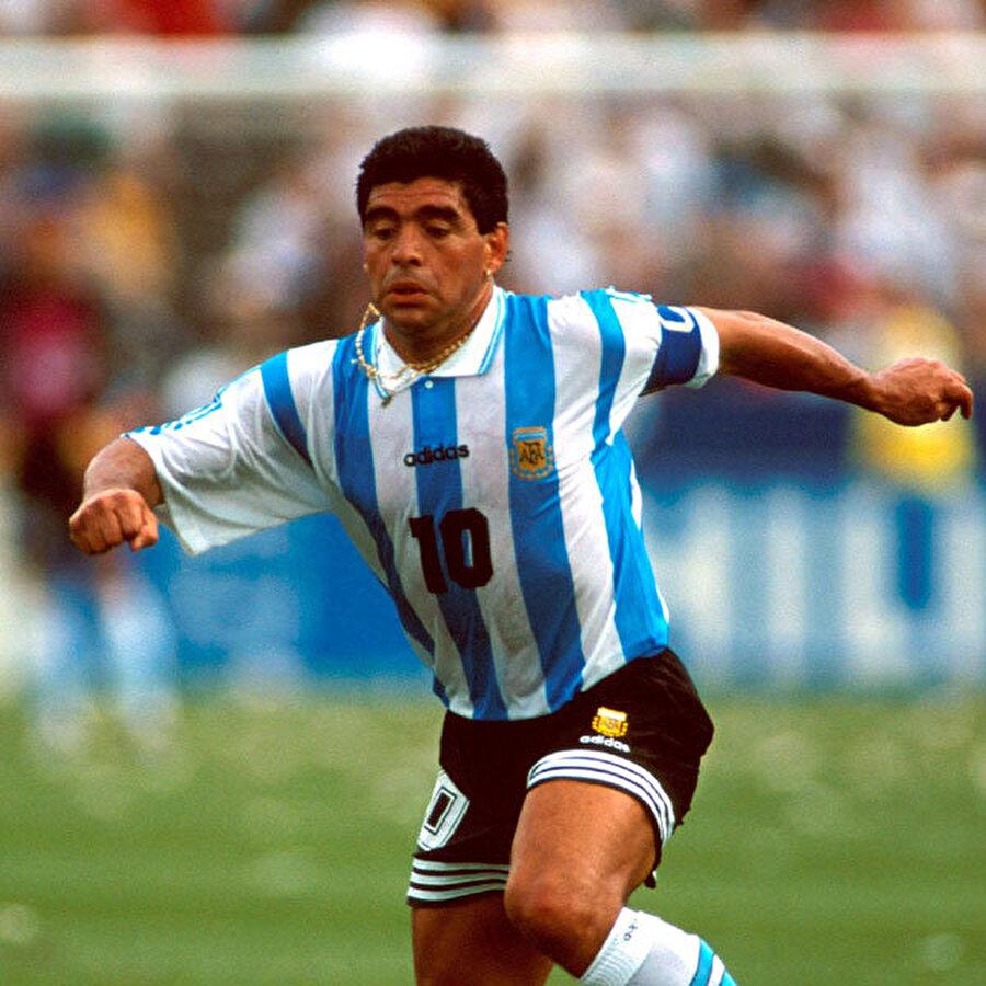 Diego Maradona                                                                                                                Arjantin'in gelmiş geçmiş en önemli futbolcularından biri olan Diego Maradona'nın da ismi dopinge karıştı. Başarılı sporcu, 1994 Dünya Kupası'nda iki maça çıktı. Maradona, Yunanistan'a attığı golün ardından doping testine alındı. Doping yaptığı tespit edilen Arjantinli, turnuvadan gönderildi. Bu testle birlikte Maradona için milli takım kapıları kapanmış oldu.