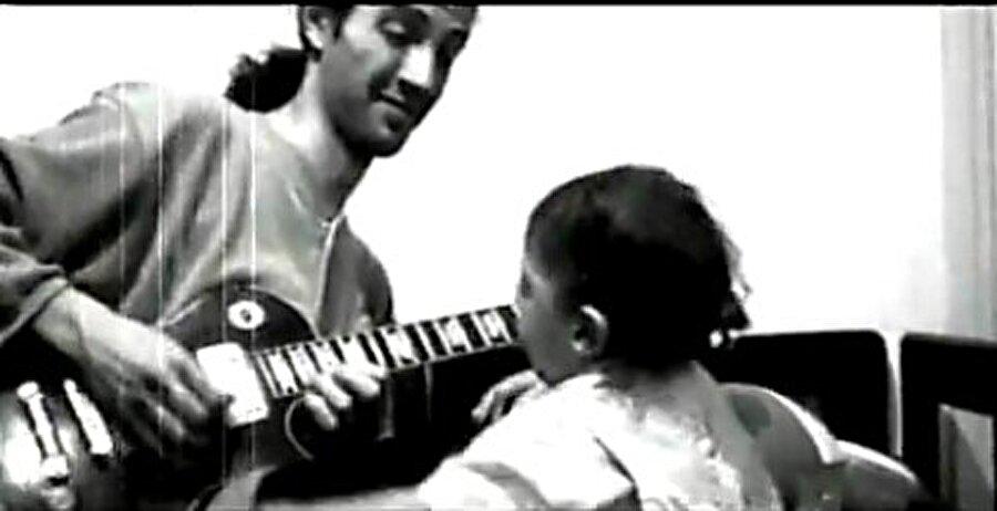 Ayrıca bu yıllarda Göksel'in albümünde kullandığı Talkbox performansı Türkiye'de bir ilkti. Bu yüzden Yavuz Çetin Türkiye'de Talkbox kullanan ilk gitarist oldu.