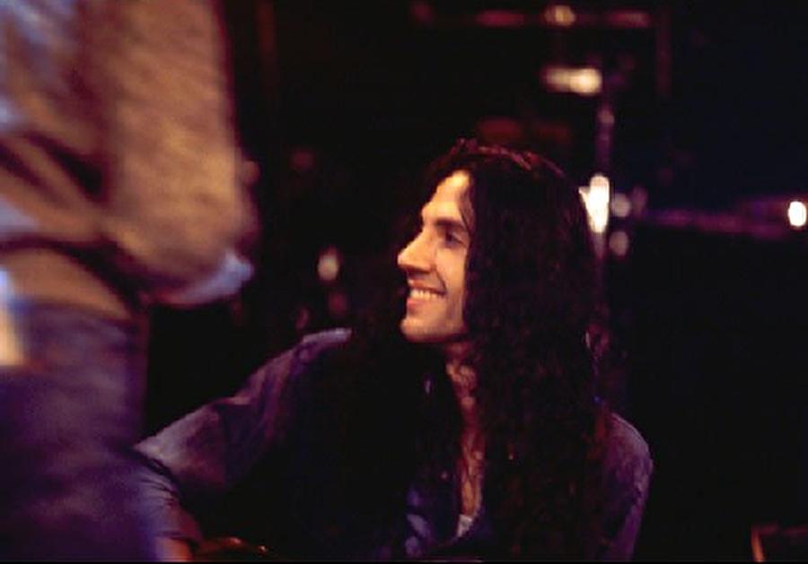 """O sıralar Kadıköy'deki Shaft Rock-Blues'da sahne alan Yavuz Çetin gündüzleri de DMC'den çıkartılacak """"Satılık"""" albümü için çalışıyordu."""