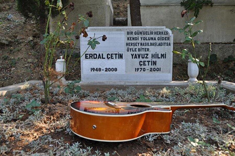 """Polisler arabayı bulduğunda arabada Yavuz Çetin'in ruhsatı, ehliyeti, 500 dolar ve 190 lira, çeşitli ilaçlar ve 7 tane anahtar bulundu. 31 yaşındaki gitaristin cenaze töreninde ailesinden yalnızca üvey annesi Sevinç Çetin vardı. Babası gazeteci Erdal Çetin oğlunun ölüm haberiyle yıkıldığı için törene katılamadı. 1998'de boşandığı eşi Didem Çetin ve yedi yaşındaki oğlu Yavuzcan'ın da bulunmadığı törende, cami avlusu, gitaristin ailesi yerine koyduğu yakın dostlarıyla doldu taştı. Geride iki mükemmel albüm, bir gitar ve Yavuzcan Çetin adında parlak bir çocuk bıraktı. Yavuzcan Çetin şuan babasının yaptığı müziği aynı şekilde yapmaya devam ediyor ve onun gitarıyla. Altın çocuk zamansız bir şekilde ayrılmayı tercih etmişti. Mezar taşında son albümünde olan """"Her şey biter"""" parçasından bir bölüm yer alıyordu. Ve ikinci albüm Yavuz Çetin'in ölümünden sonra dinleyici kitlesiyle buluştu. İntiharının nedeni ve çevresine sitemi her bir parçasında anlaşılıyordu. Son albümünden """"Yaşamak İstemem"""" aslında onun son mesajıydı."""