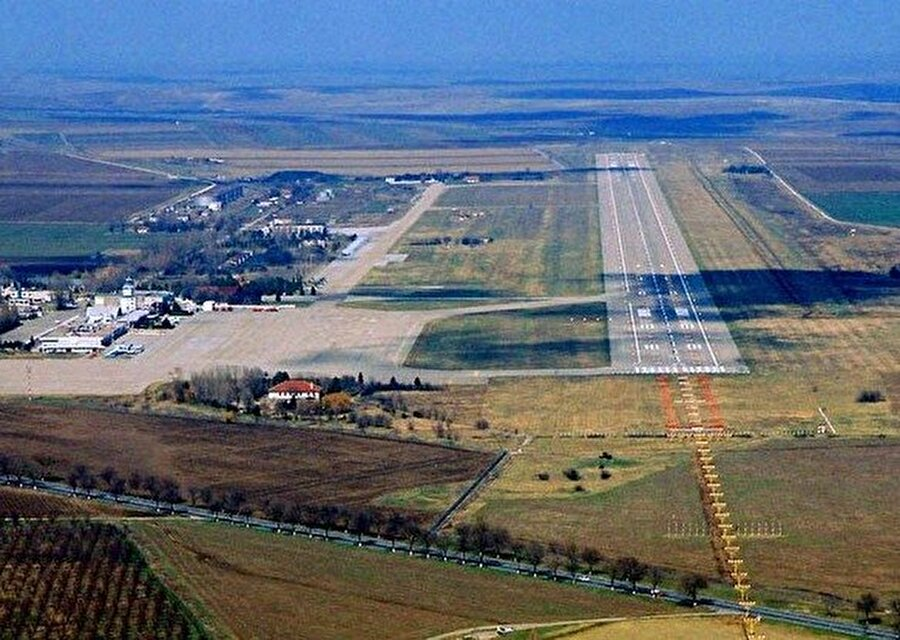 Mihail Kogalniceanu Hava Limanı , Romanya Romanya'nın Dobruca Bölgesi'nde bulunan bu hava limanını Romanya hükümeti suçluların transfer edildiği bir yer olduğunu iddia ediyor. Ancak burada hükümet kabul etmese bile farklı şeyler döndüğü kesin. 2008'de Romanya'dan bir yetkili bu bölgede askeri binalar olduğunu ve CIA dışında kimsenin buralara giremediğini söyledi, Der Spielgel 2010 yılında Irak ve Afgan 20'den fazla mahkumun bu havalimanında tutulduğunu yazdı. CIA'in burasını terör suçlularına işkence için kullandığı da diğer söylentiler arasında.