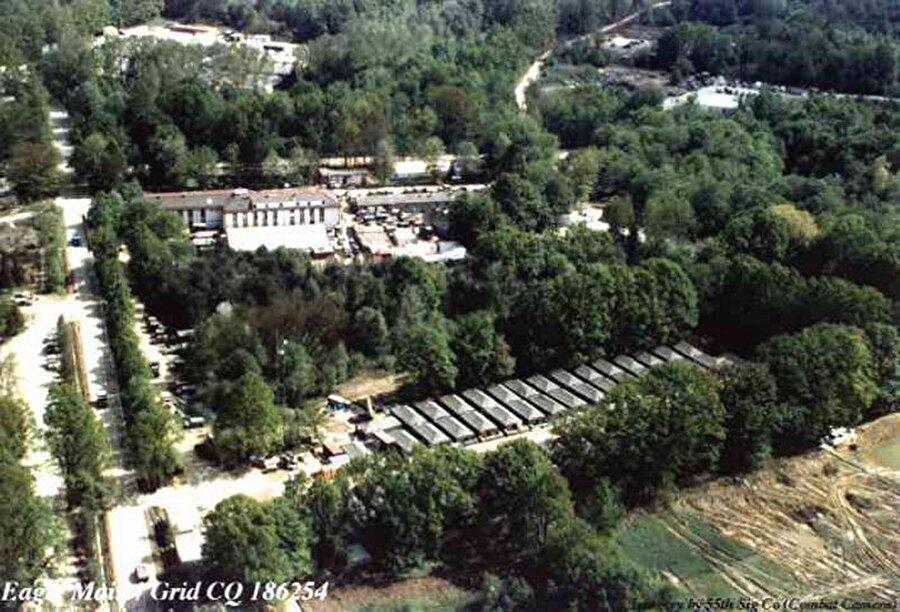 Kartal Kampı, Bosna Hersek Kartal kampı Bosna'daki Tuzla yakınlarında bulunan askeri bir üs. Amerikan başkanı George Bush döneminde yargısız gözaltılar, hayalet mahkumlar için kullanılmıştır.    2005 yılında , Nihad Karsic ve Almin Harbeus adlı iki Bosnalının devlet televizyonuna orada gördükleri işkenceyi anlatmasıyla ortaya çıkmıştır. Terörist şüphesiyle kampa alınan iki adam burada sorgulanıp işkence gördükten sonra salınmışlar ve buradan bahsetmemeleri içinde 500'er dolar para almışlar.    2006 yılında ise BBC burasıyla ilgili bir haber yapmış , CIA'in bu merkeze başka ülkelerde yakaladığı pek çok suçluyu sorgulama amacıyla getirdiği ve ağır işkencelerden geçirildiği, Eagle İtalya, Almanya, Türkiye, Kıbrıs, Makedonya, Portekiz, İrlanda ve Yunanistan'da ele geçirilen küresel suçluların transfer ve durak noktası olarak kullanıldığı iddia edildi.