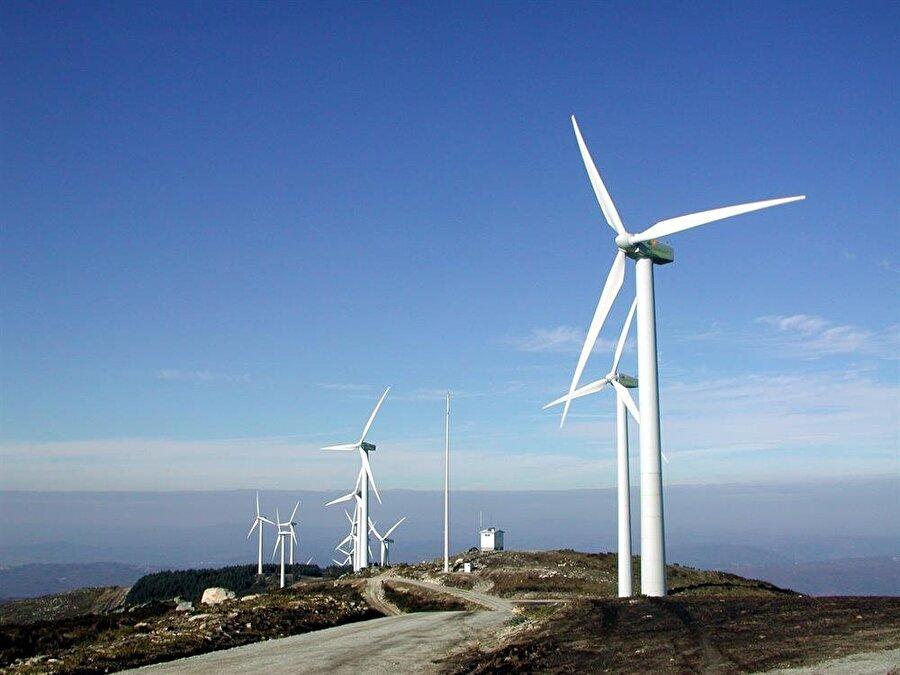 Kömür yerine rüzgar                                                                                                                                                                                                                                                                                                                                              Ekolojik yaşamın en önemli unsurlarından biri enerji kaynakları; kömür, petrol ve fosil gibi yakıtlar. Bu tür zararlı kaynaklar yerine su, rüzgar, güneş gibi doğal enerji kaynaklarından yararlanmak gerekiyor.   Evlerinizde doğal kaynaklarla çalışan ısıtıcılar ya da soğutucular kullanabilirsiniz.