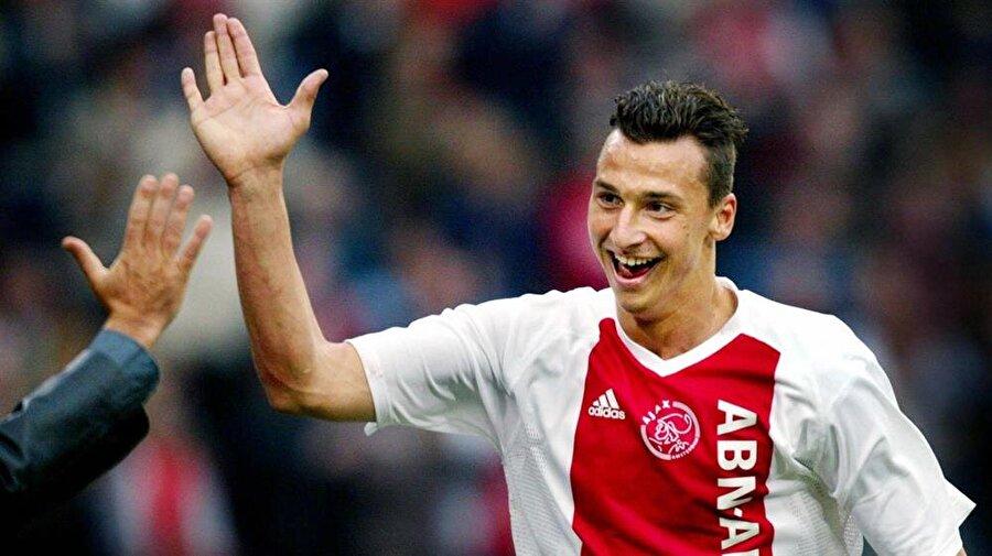 Ajax'a imza attı                                                                           Oynadığı futbolla dikkatleri çeken genç oyuncu, 2001'de Ajax'ın kapısından girdi.