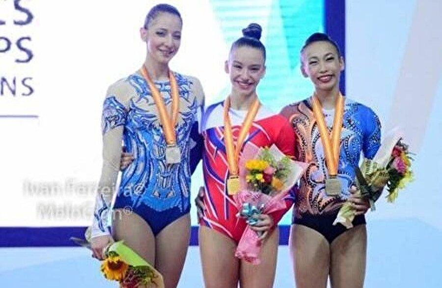 Başarıları sıraladı Genç sporcunun, 12-14 yaş gruplarında trio dünya üçüncülüğü başarısı da bulunuyor.