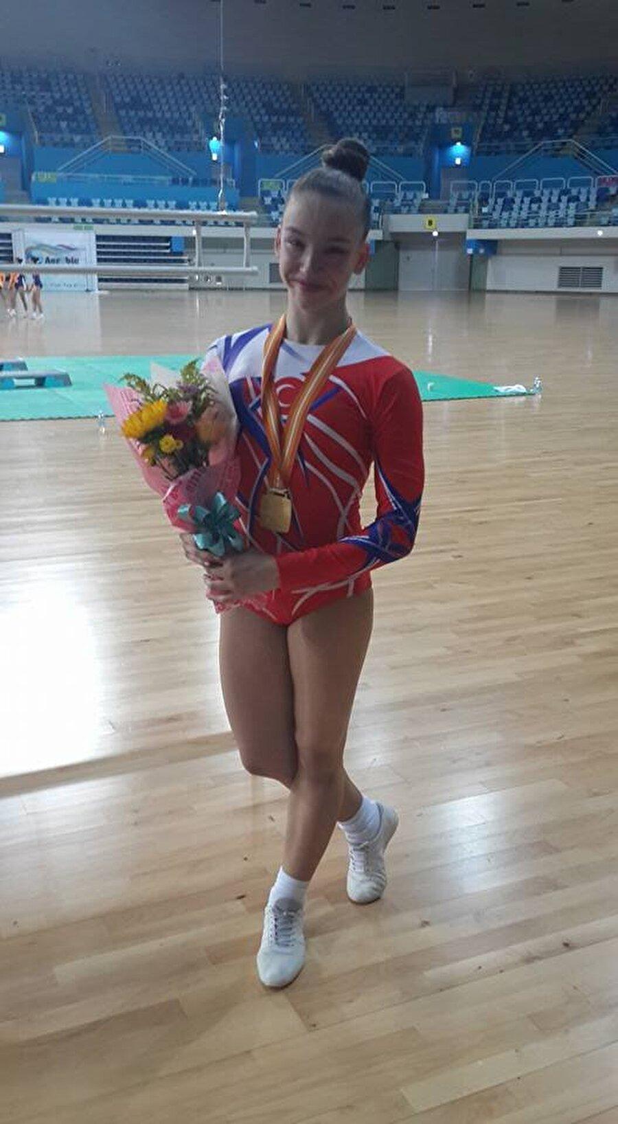 Altın madalyanın sahibi Ayşe, 13 Haziran'da Güney Kore'de başlayan 2016 Dünya Jimnastik Şampiyonası'nda altın madalya kazandı.