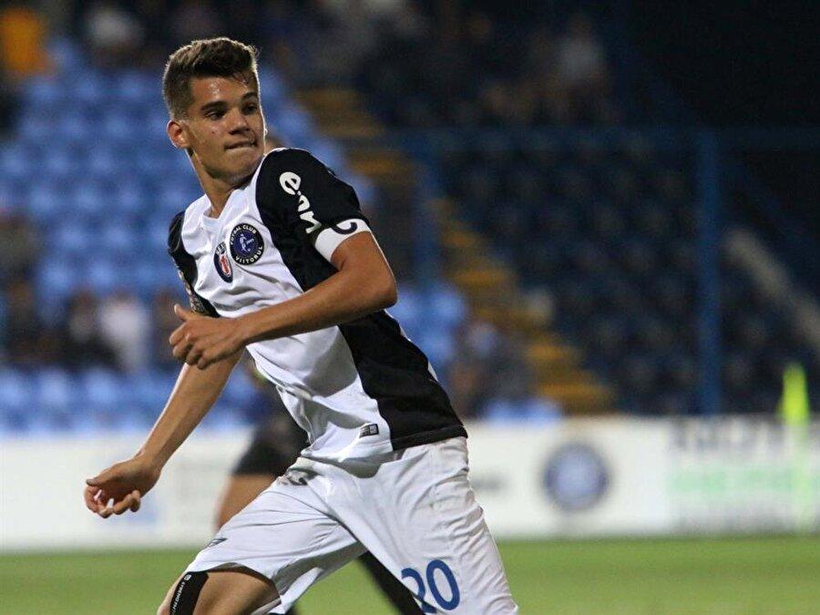 İlk maçına 2014'te çıktı                                      Hagi, hem sahibi hem de teknik direktörü olduğu FC Viitorul Constanța'da oğlunu 6 Aralık 2014'te Botoşani maçının 89. dakikasında sahaya sürdü.
