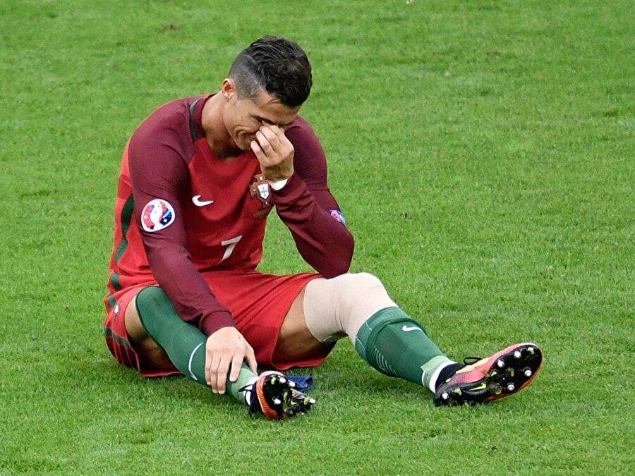 Gözyaşlarını tutamadı Bir kez daha sahaya dönen yıldız oyuncu 25. dakikada oyundan çıkmak zorunda kaldı. Ronaldo sahayı terk ederken gözyaşlarına hakim olamadı.