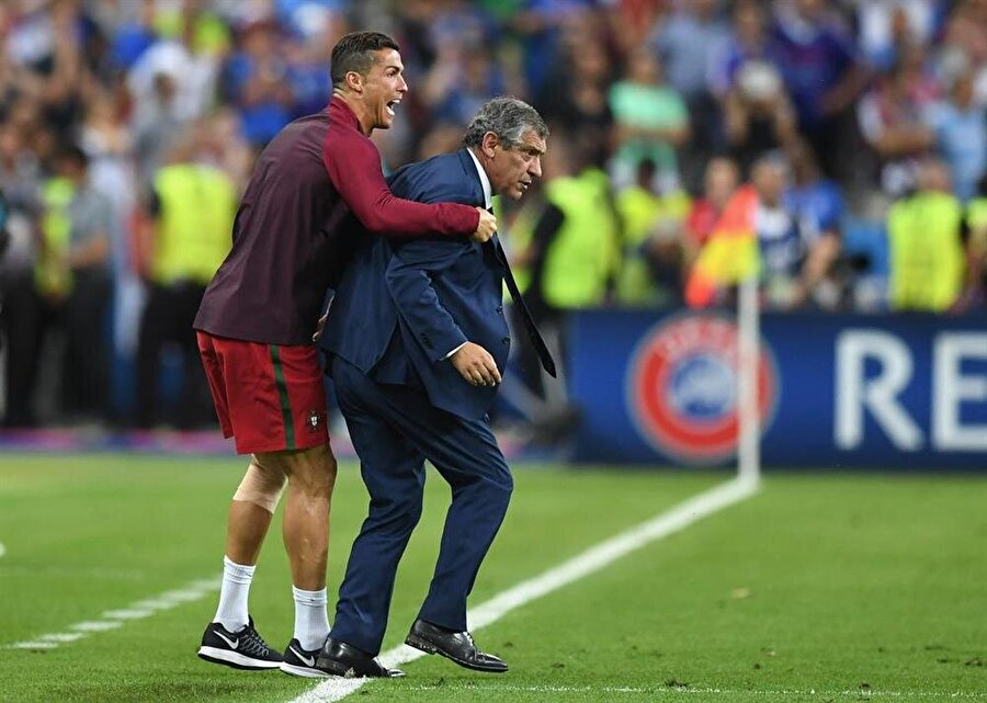 Hocasını itti Yetenekli futbolcu, hatta bir ara Portekiz Milli Takımı Teknik Direktörü Fernando Santos'u yedek kulübesine doğru itti. Bir kesim, Ronaldo'nun bu davranışıyla teknik direktör Santos'un otoritesini çiğnediğini savundu.