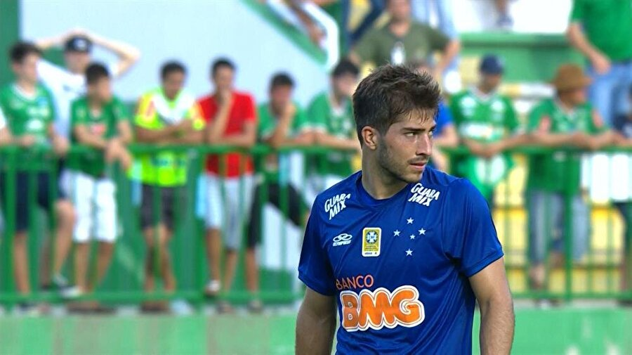 Kendini geliştirdi                                      Brezilya'nın gelecek vaat eden futbolcuları arasında gösterilmeye başlanan Silva, 2013-2014 sezonunda ise 35 maça çıktı.