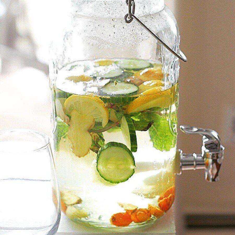 Gerekli malzemeler                                                                                                                                                                                                                               1 tane salatalık  1 tatlı kaşığı rendelenmiş zencefil   1 dilimlenmiş limon   Bir kaç dal taze nane