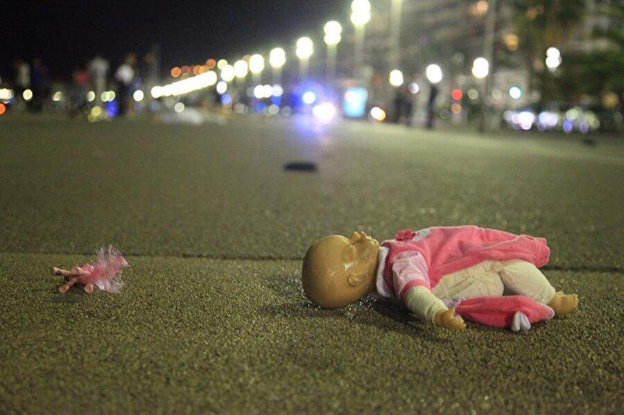Daha çok yeni  14 Temmuz 2016'da ise Fransa'nın Nice kentinde bir terör saldırısı yaşandı. Bir kamyon şoförü, Fransız Devrimi kutlamalarının yapıldığı alana aracını sürdü ve 85 kişiyi ezdi. Yaşanan terör saldırısının ardından Fransa'daki OHAL, 3 ay daha uzatıldı.