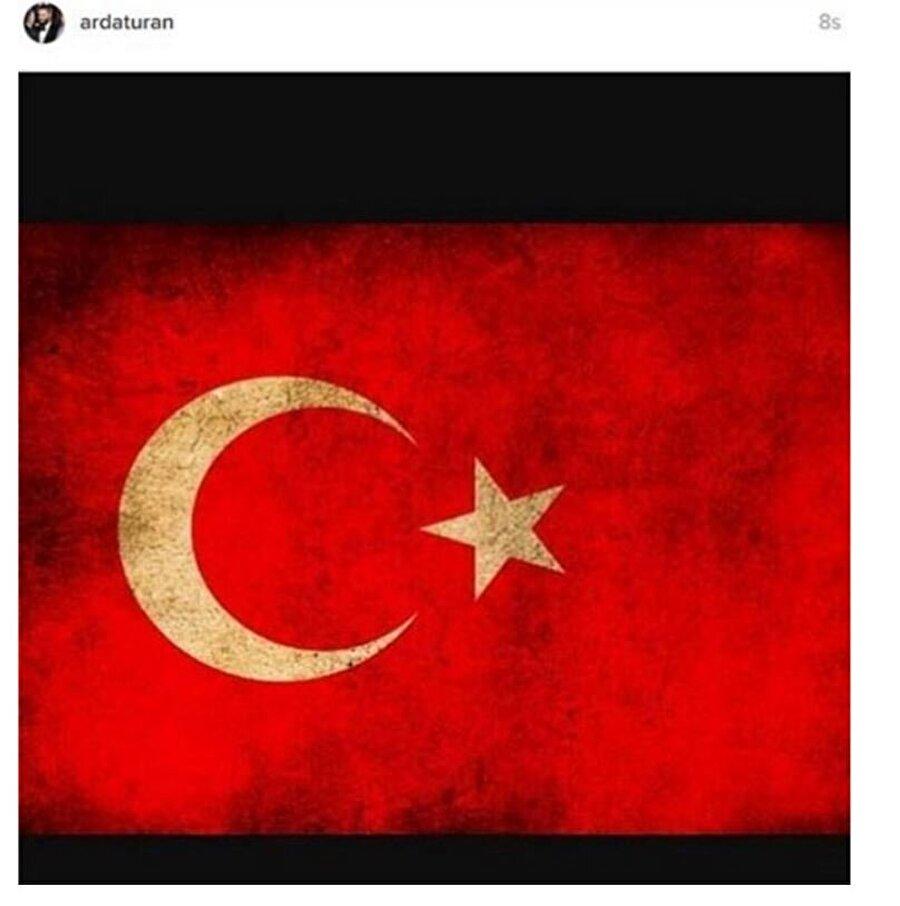 Barcelona'da forma giyen Arda Turan. paylaştığı Türk bayrağı ile Demokrasi mesajı verdi.