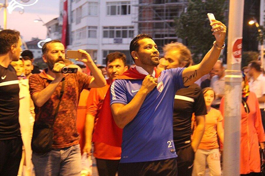Yeni transfer caddeye koştu! 1 Temmuz'da PTT 1. Lig ekibi Boluspor ile sözleşme imzalayan Andre Santos, Türk bayrağını omzuna aldı ve kent merkezinde yürüdü.