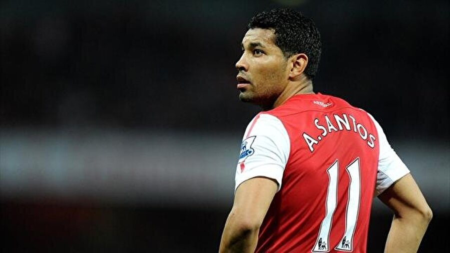 Arsenal kariyeri kısa sürdü 5 yıllık sözleşmesi bulunmasına rağmen Santos, 3 Temmuz sürecinin ardından kendisine Arsenal'den gelen teklifi değerlendirdi. Brezilyalı, Fenerbahçe'den Arsenal'e 7 milyon Euro bonservis bedeliyle transfer oldu.