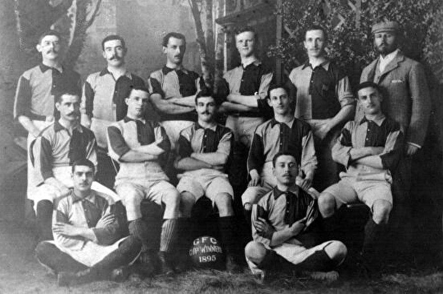 """Kadıköy'ün ilk kulübü                                                                                                                                                     1897 yılında İngiliz James La Fontaine önderliğinde, Kadıköy'de yaşayan gayrimüslimler """"Kadıköy Football Association"""" isimli bir kulüp kurdu."""