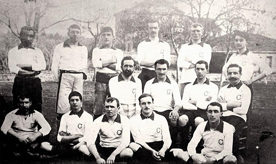 İlk maçta dağıtıldı                                                                                                                                                                                          Kadıköy'de yaşayan Müslüman Türkler de kendilerine bir kulüp kurmaya karar verdi. Ancak 2. Abdülhamid döneminde Türk gençlerinin dernek kurması yasaktı. 1899'da Fuat Hüsnü (Kayacan), Reşat Danyal ve Mehmet Ali Beyler dikkat çekmemek için İngilizce bir isimle Black Stockings FC (Siyah Çoraplılar Futbol Kulübü)'nü kurdu. Ancak takım daha ilk maçına çıktığı gün devlet yetkilileri tarafından dağıtıldı.