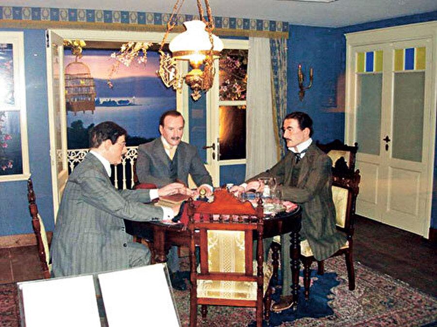 1907'de kuruldu                                                                                                                                                                                          1907 yılında bir araya gelen Ziya Songülen, Ayetullah Bey ve Necip Okaner Fenerbahçe'yi kurdu.