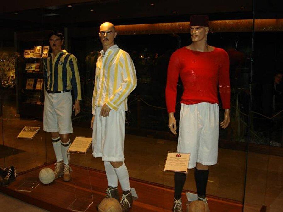 Renk farklıydı                                                                                                                                                                                          Kulübün ilk rengi sarı-beyaz ve logosu da bir fenerdir. 1909 yılının son aylarında ise kulübün rengi sarı-lacivert olarak değiştirildi.
