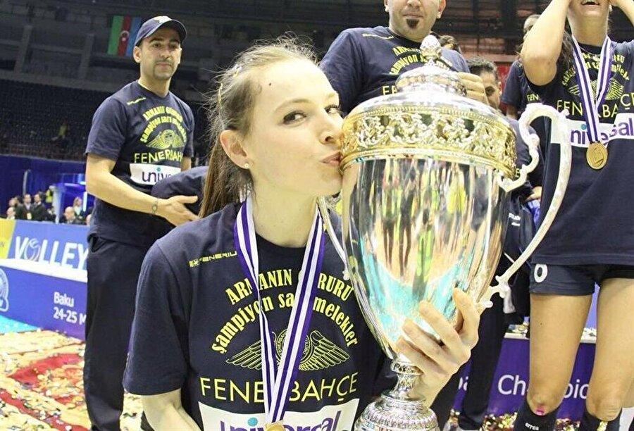 Aynı gün iki Avrupa şampiyonluğu                                                                                                                                                     Fenerbahçe erkek ve kadın voleybol takımları 2013-2014 sezonunda aynı gün Avrupa Şampiyonu olarak büyük bir başarı elde etti.