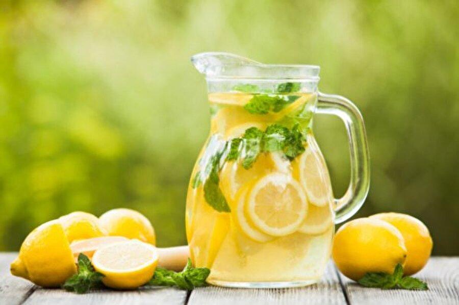 Limonlu su                                                                                                                                                                                                                                                                                                                                                                                   Büyük bir sürahinin içine su doldurun; ardından üzerine nane yaprakları ve limon dilimleri ilave ediniz. Her gün kolaylıkla tazeleyebileceğiniz bu detoks suyu, buzdolabında bir süre beklettikten sonra tüketin.