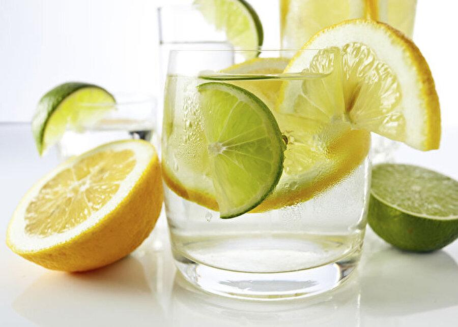 Salatalık suyu                                                                                                                                                                                                                                                                                                                                                                                   Güne dinç ve enerji dolu başlamanın en etkili yollarından biri aldığınız besinlerin kalitesidir. Sağlıklı bir sabah için salatalık, iyi bir tercih olabilir. Suyla doldurduğunuz sürahinin içine limon ve salatalık dilimleyin; ardından birkaç damla limon sıkın. Buzdolabında bir süre beklettikten sonra tüketin.