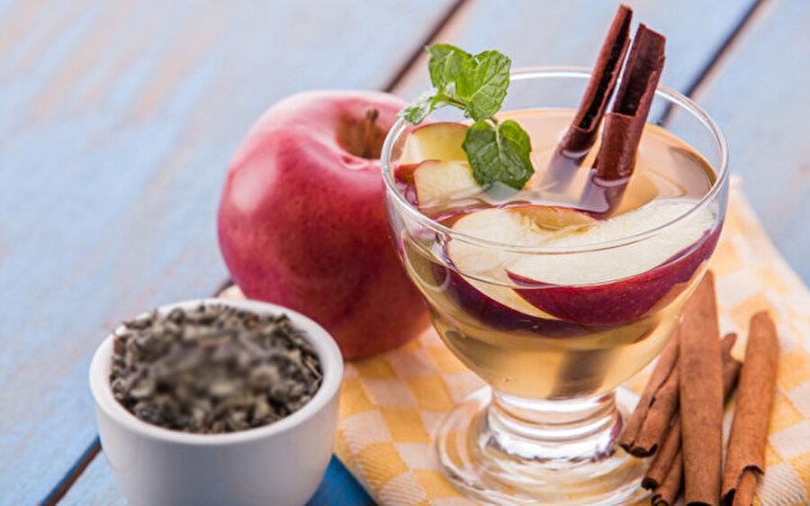 Tarçın elma suyu                                                                                                                                                                                                                                                                                                                                                                                   Elma başlı başına bir detoks ürünüdür. Öncelikle elmaları dilimleyin; ardından çubuk tarçınları ekleyin ve üzerine bir miktar su dökün. Bir süre buzdolabında dinlendirdikten sonra tüketin.Dilerseniz üzerine toz tarçın serperek de tüketebilirsiniz.