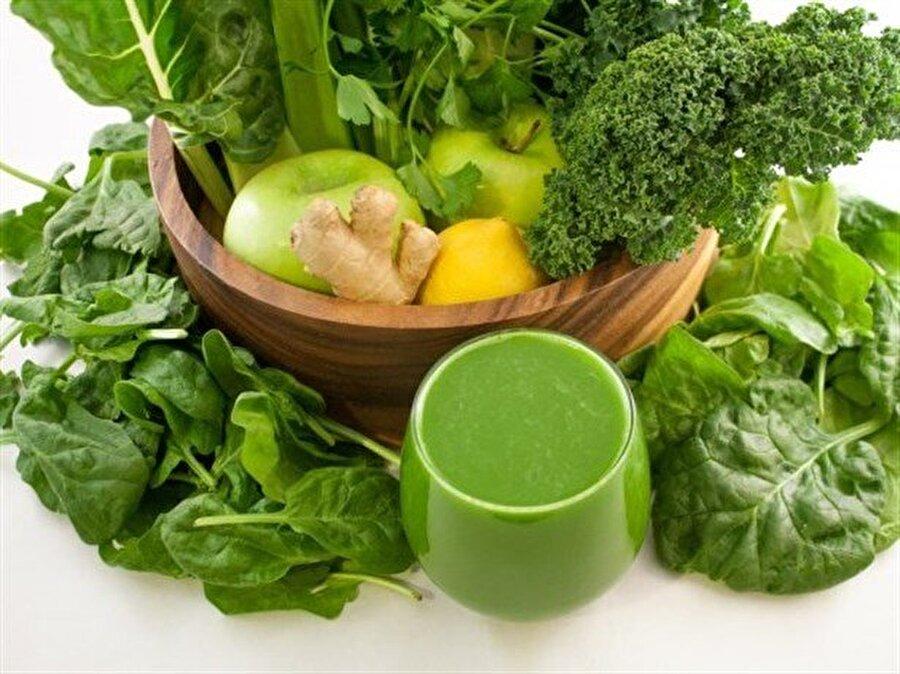 Yeşil sebze detoksu                                                                                                                                                                                                                                                                                                                                                                                   Ispanak, salatalık, nane ve maydanozu mutfak robotundan geçirin ve yaklaşık 1 litre suyun içine ilave edin.Son olarak yarım limonu dilimleyip suya ekleyin. Bir süre buzdolabında beklettikten sonra tüketebilirsiniz.