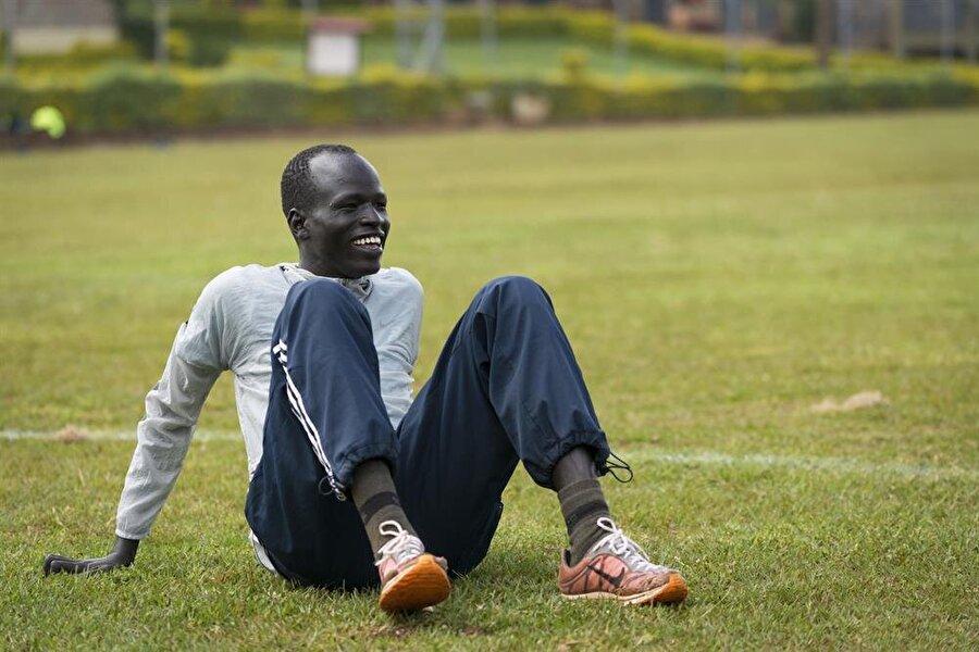 """Yiech Biel                                      1995 yılında Güney Sudan'da dünyaya gelen Yiech Biel, Rio Olimpiyatları'nda 800 metrede koşacak. 2005 yılındaki iç savaş sırasında Biel, Sudan'ın Nasır Kasabası'ndan kaçarak Kenya'daki Kakuma Mülteci Kampı'na sığındı. 10 yıl boyunca Kenya'daki bu kampta yaşayan Biel, hayatını anlatırken """"Koşarken ayağımda çoğu zaman ayakkabı bile yoktu"""" ifadelerini kullanıyor. Tegla Loroupe Barış Vakfı'na katılan Biel, ardından Rio'da yarışacak olan mülteci takımına seçildi."""