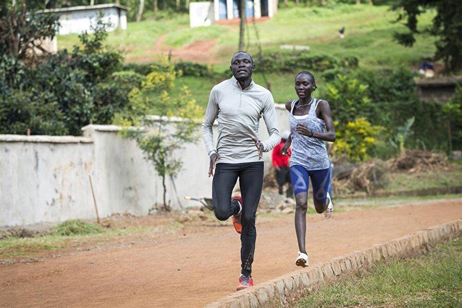 Paulo Lokoro                                      Bir diğer Güney Sudanlı sporcu ise Paulo Lokoro… Lokoro'nun da doğum tarihi net olarak bilinmiyor. Mülteci takımında yer alan atletin 1991 ya da 1992'de dünyaya geldiği tahmin ediliyor. 1500 metrede koşacak olan Lokoro, 2006'da Güney Sudan'dan kaçıp Kenya'daki kampa sığındı.