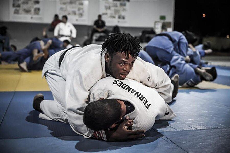 Popole Misenga                                      Popole Misenga, 25 Şubat 1992'de Demokratik Kongo Cumhuriyeti'nde dünyaya geldi. Misenga henüz 6 yaşındayken ülkesindeki iç savaş sırasında annesi öldürüldü. Annesinin öldürülmesinin ardından Misenga, bölgedeki yağmur ormanlarına kaçtı. Yaklaşık bir hafta sonra bulunan Misenga yetkililerce Kinşasa çocuk evine götürüldü. Kampta judo ile tanışan Misenga, 2013 yılında Brezilya'nın ev sahipliğinde düzenlenen Dünya Judo Şampiyonası'na katılmak için bu ülkeye gitti. Şampiyonaya giden sporcu, Brezilya'ya sığınma talebinde bulundu. Talebi kabul edilen Misenga, üç yıldır Brezilya'da yaşıyor.