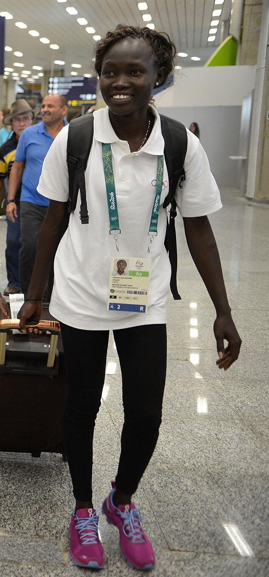 Rose Lokonyen                                      1992 ya da 1993 yılında doğduğu tahmin edilen Rose Lokonyen, aslen Güney Sudanlı. Ülkesindeki iç savaş nedeniyle Kenya'daki sığınma kampında yaşayan Lokonyen, burada atletizmle tanıştı. Lokonyen, Olimpiyat Oyunları'nın açılış töreninde mülteci takımı adına olimpiyat bayrağını taşıdı.