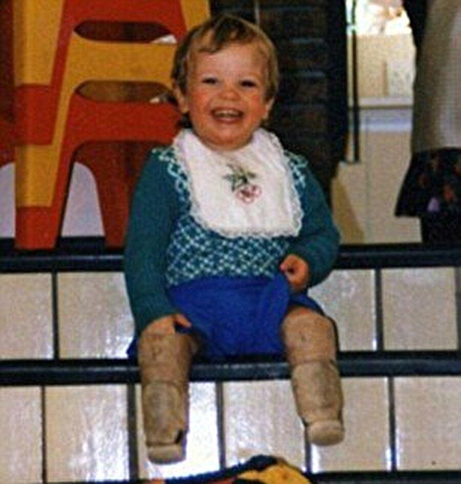 Bebekken bacakları kesildi                                      22 Kasım 1986'da Güney Afrikalı Oscar Pistorius, bacaklarındaki bir sorunla dünyaya geldi. 10 aylıkken iki bacağı da dizinin altından kesilen Pistorius, çocuk yaştan itibaren sporla iç içe büyüdü.