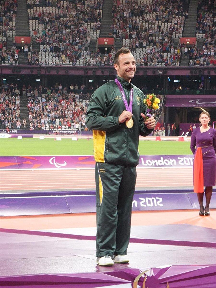 Altın madalyanın sahibi                                      2012 Londra Oyunları'nın ardından Londra Paralimpik Oyunları'nda da piste çıkan Pistorius, altın madalyanın sahibi oldu.