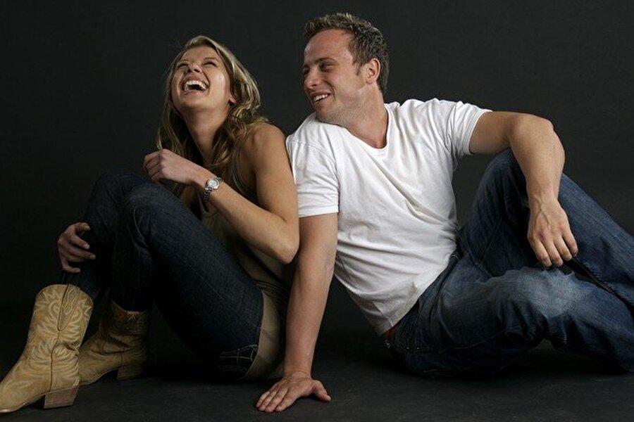 Kız arkadaşını öldürdü                                      14 Şubat 2013'te Pistorius, kız arkadaşı Reeve Steenkamp'ı evlerinin banyosunda silahla öldürdü.