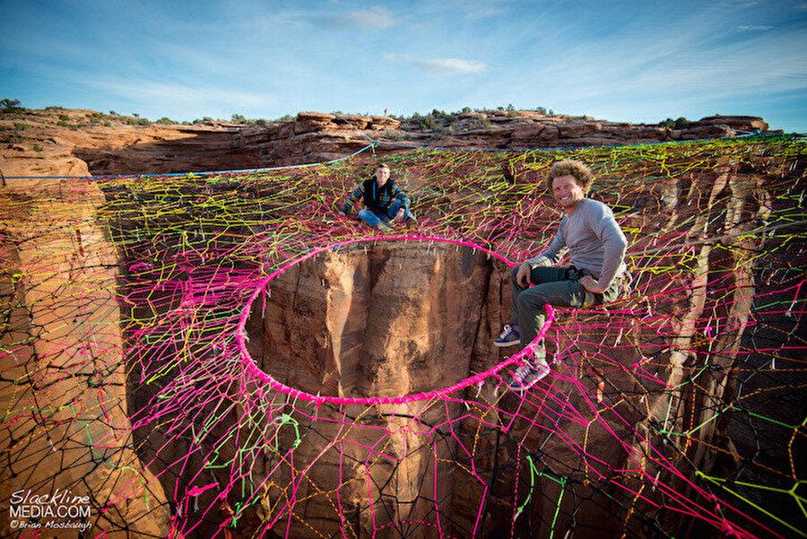 Çöle hamak kuruldu ABD'li bir grup base jumping tutkunu, 2014 yılında Utah eyaletinde yer alan Moab şehrinin ünlü çölünde yerden 400 fit yükseklikte dev bir hamak kurdu.