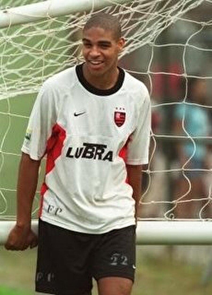 46 maç 12 gol 1997-1999 yılları arasında Flamengo altyapısında oynayan golcü, 2000'de A takıma yükseldi. Bir sezon A takımda forma giyen sambacı çıktığı 46 maçta 12 gol attı.