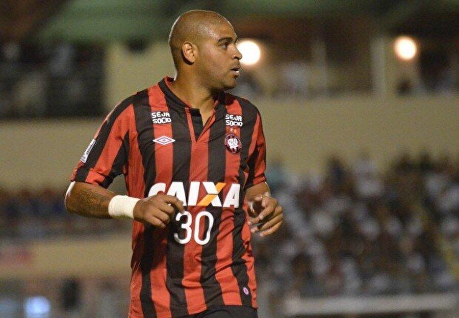 Kulüp bulamadı 6 Kasım 2012'de Flamengo'dan ayrılan Adriano kulüp bulamadığı için bir süre futboldan uzak kaldı. Adriano 6 Ocak 2014'te Atlético-PR ile anlaştı. Kulübünün formasını yalnızca üç maçta giyen Adriano 1 kez de fileleri havalandırdı.