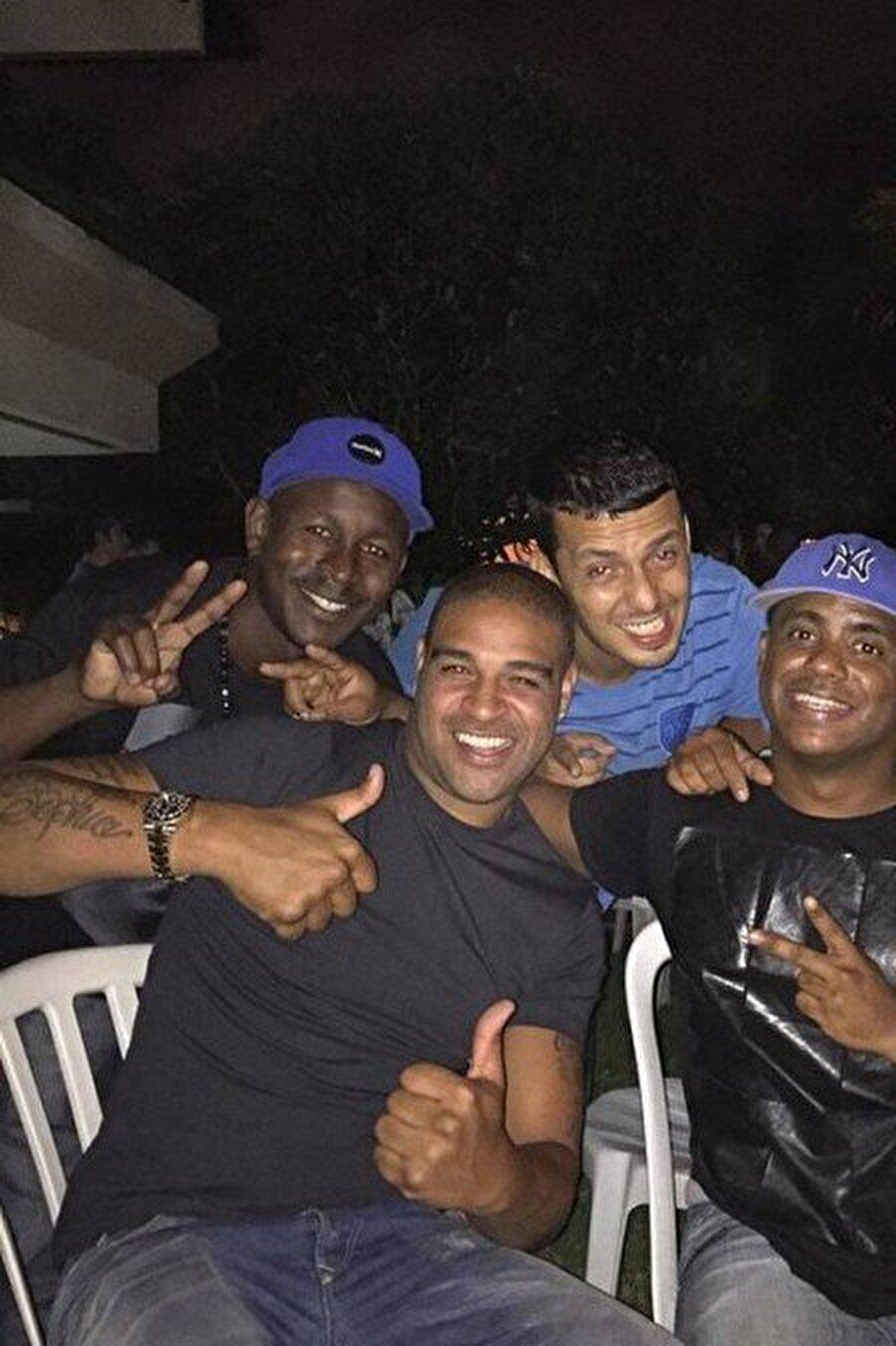 İki aylık sözleşme Bu sözleşme ise son derece kısa sürdü. Adriano, Amerika 4. Futbol Ligi'nde mücadele eden kulübüyle olan sözleşmesini 28 Mayıs 2016'da sonlandırdı.