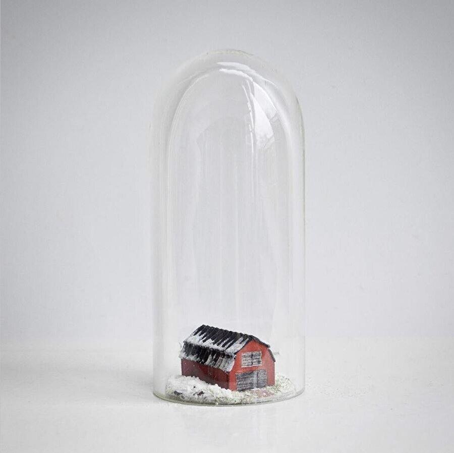 Tüplerin içine yerleştiriyor                                      Rosa de Jong; taş, ağaç, kum vs. malzemeleri küçük cam tüplerin içine alıyor.