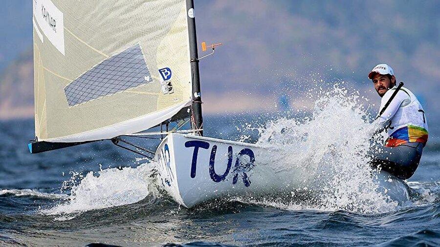 Kaynar genel klasmanda 2.                                      Yelken finn sınıfında ter döken Alican Kaynar; ilk yarışını ikinci, ikinci yarışını ise beşinci olarak tamamları. Milli sporcu, genel klasmanda ikincilik koltuğunda yer alıyor.