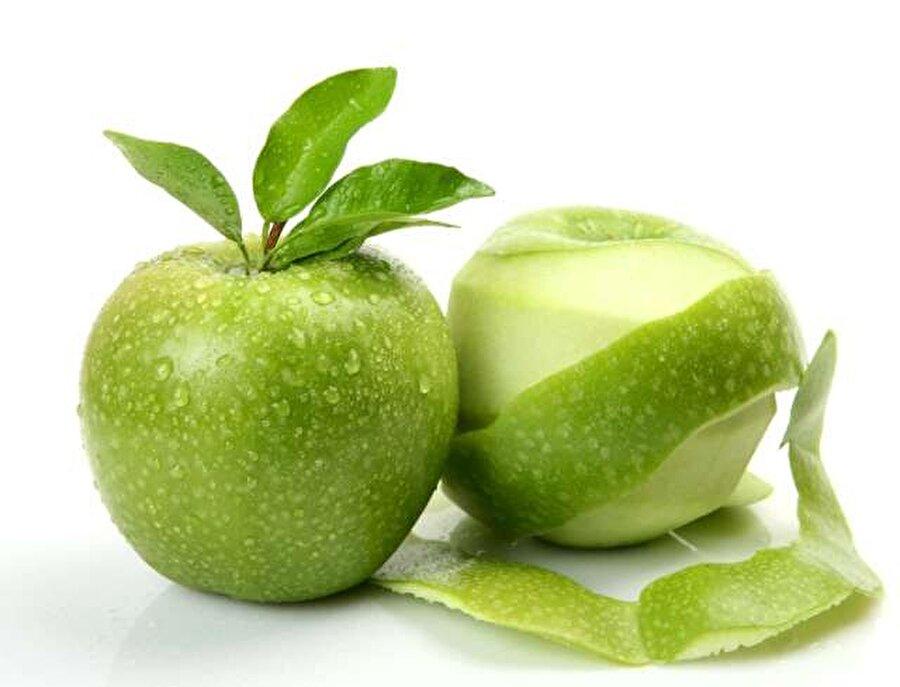 Bağırsak düzenleyici elma kabuğu                                                                                                                Elma içerdiği lif ve zengin mineraller bakımından oldukça faydalıdır. Kolesterolü dengeler, cildi güzelleştirir ve aynı zamanda bağırsakları da çalıştırır. Elmayı kabuklarıyla yemeniz tavsiyemizdir; bunu yapmak istemiyorsanız farklı önerilerimiz de var. Elma kabuklarını yeşil çayınızın içinde demleyebilirsiniz, rende elma kabuklarıyla sütlü bir tatlı yapabilirsiniz ve hatta su sürahinizin içine dahi atabilirsiniz. Yeter ki kabukları çöpe atmayın.