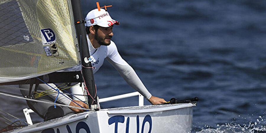 Üçüncülük koltuğuna yerleşti Yelken finn sınıfında yarışan Alican Kaynar üçüncü yarışını altıncı sırada, dördüncü yarışını 19 sırada tamamladı. Dört yarışın sonunda Kaynar genel klasmanda üçüncü sırada yer alıyor.