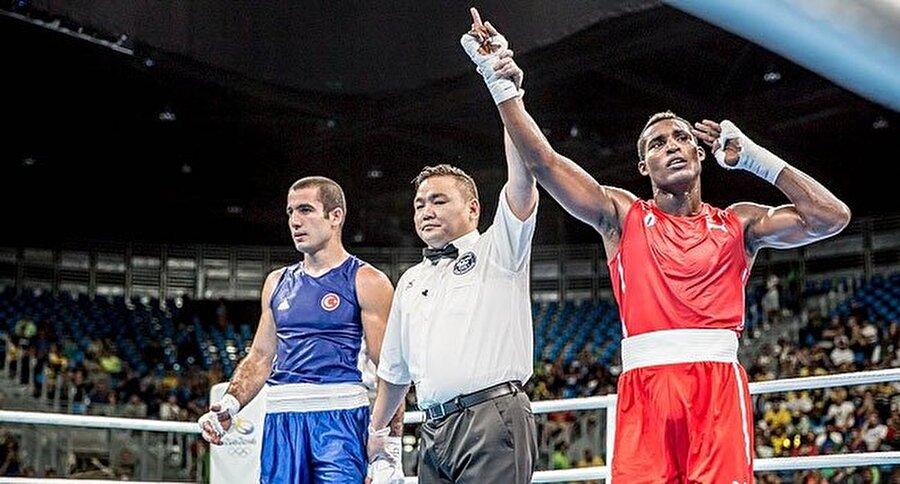 Ünal, Kübalı sporcuyu yenildi     Boks erkekler 81 kiloda 16'lı eleme turunda Mehmet Nadir Ünal, Kübalı Julio Cesar La Cruz'a 3-0 mağlup oldu. Ünal aldığı mağlubiyetini ardından olimpiyat hayallerine nokta koydu.